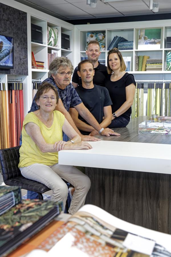 De familie Poulisse in de winkel in Velddriel. Het bedrijf bestaat 175 jaar.