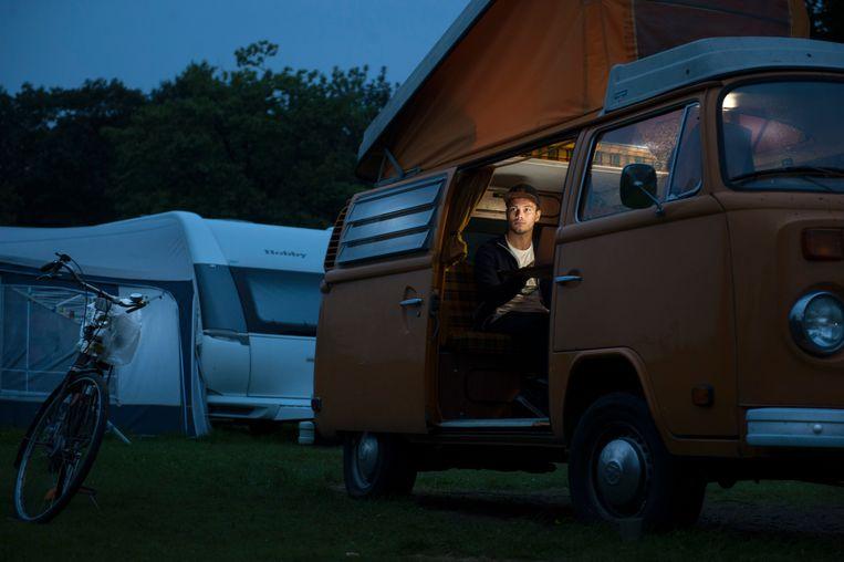 De Duitse student Moritz Brameier bivakkeert bij gebrek aan een kamer in het kampeerbusje van zijn vader. 'Ik had niet verwacht dat het zo moeilijk zou zijn om in Nederland een kamer te vinden.' Beeld reyer boxem