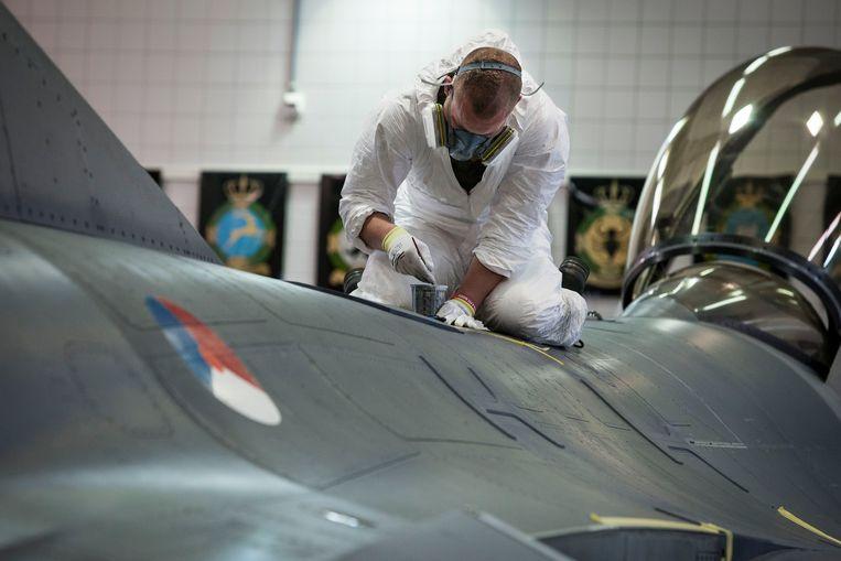 Schilderwerkzaamheden aan de F16 Beeld Sjoerd Hilckmann