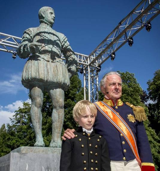 Huub Stapel, verkleed als koning Willem I, tijdens de onthulling van het standbeeld van Willem van Oranje
