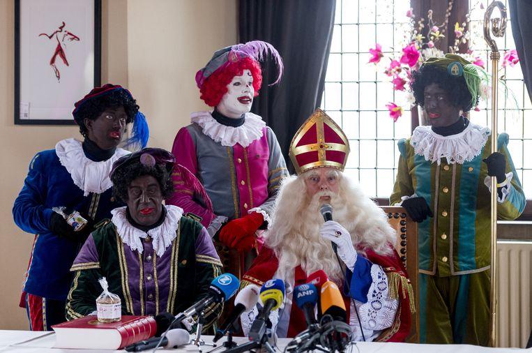 Een persconferentie van Sinterklaas. Beeld anp