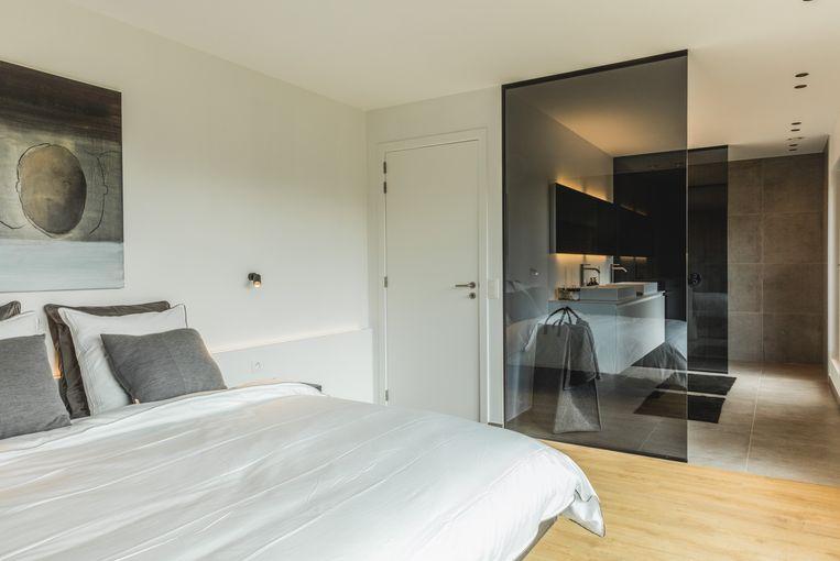 Op de bovenverdieping liggen drie slaapkamers, twee badkamers, een apart toilet en een technische ruimte.