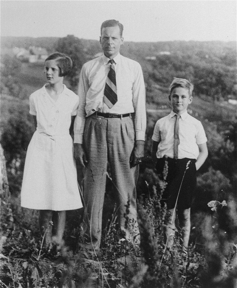 Jan Zwartendijk in 1940 met links dochter Edith en rechts zoon Jan Beeld Archief familie Zwartendijk