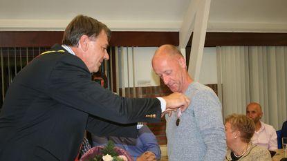 Triatleet krijgt medaille voor heldenmoed