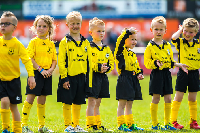 De voetbalkabouters van Wilhelmina'26 ondersteunen het eerste elftal in de dorpsderby tegen NOAD'32.