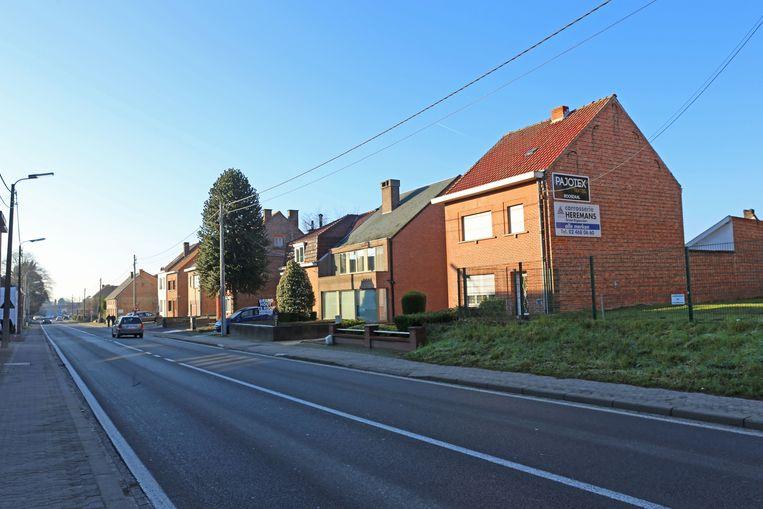 Deze huizenrij langs de Edingsesteenweg ligt in de reserveringsstrook waarbinnen de ringweg wordt aangelegd.