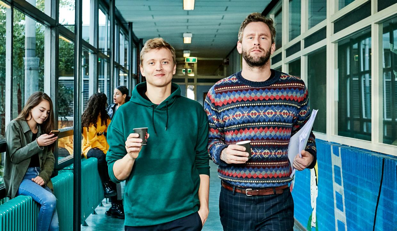 Nicolaas Veul en Tim den Besten (r) als leraren op scholengemeenschap Arcus in Lelystad.