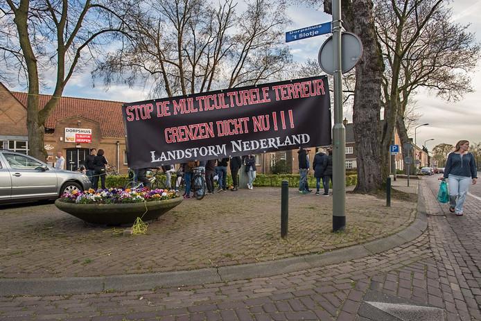 De landelijke organisatie Landstorm protest tijdens een voorlichtingsavond in 't Slotje te Herpen over de komst van statushouders.