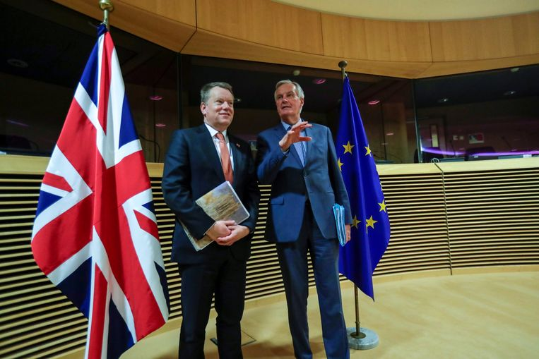 Brexit-onderhandelaars David Frost (links) en Michel Barnier op 2 maart in Brussel, bij het begin van de eerste onderhandelingsronde. Vandaag spraken ze elkaar via een beeldverbinding.  Beeld REUTERS
