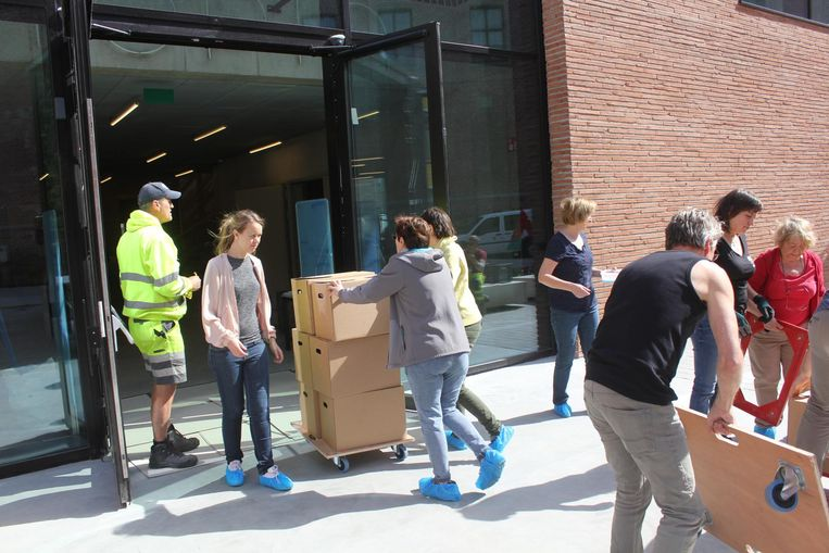 Aan Utopia worden de dozen afgeleverd en naar binnen gerold door medewerkers.