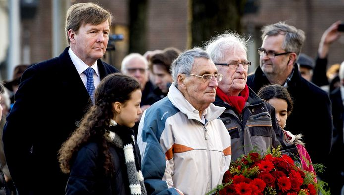 Koning Willem-Alexander begeleid een kranslegging tijdens de herdenking van de Februaristaking.