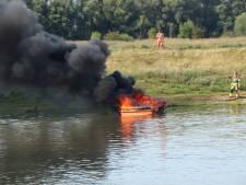 Bootje verwoest door brand in Opheusden