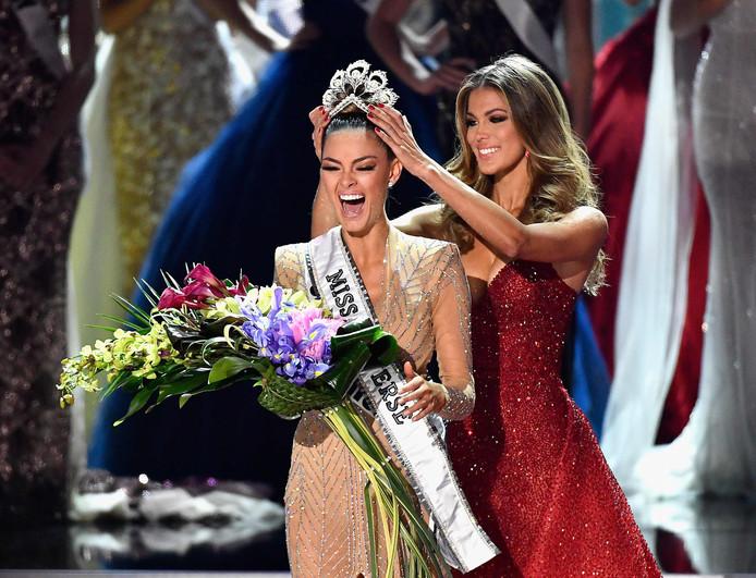 De Zuid-Afrikaanse Demi-Leigh Nel-Peters wordt gekroond tot de nieuwe Miss Universe.