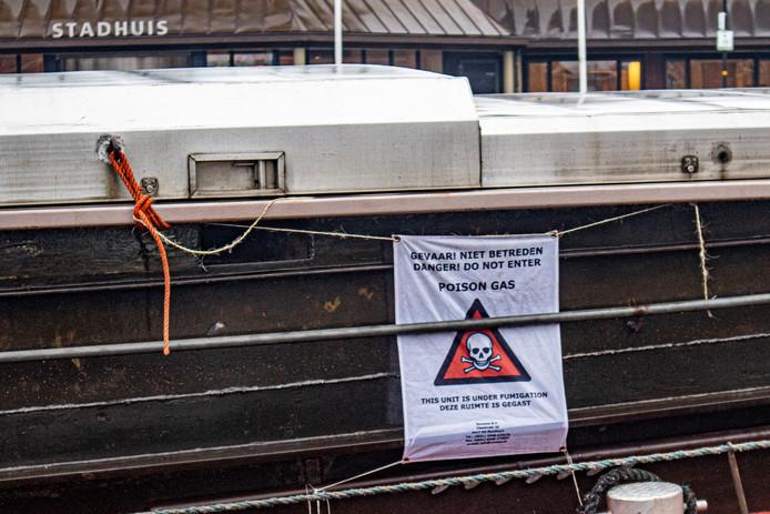 In de havenkom van Nijkerk ter hoogte van het stadhuis ligt al enkele dagen een binnenvaartschip met giftig gas in het laadruim.