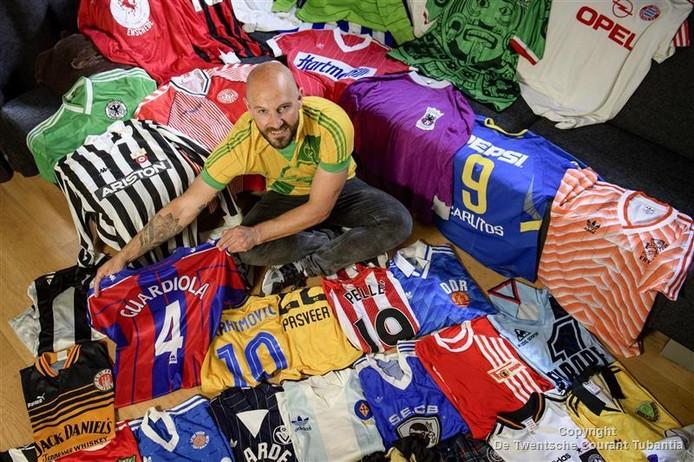 Jesse Rabbeljee met zijn collectie shirts