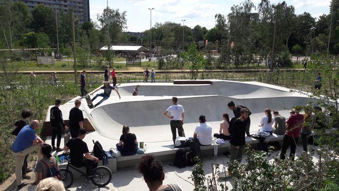 Het Spoorpark in Tilburg is geopend. De jeugd vermaakt zich bij de skatebowl.