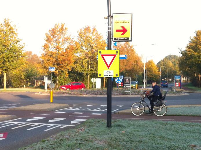 De discussie over de verkeersveiligheid op de rotonde Helmkruidlaan-Collenstaartweg-Baron van Sternbachlaan in Nijverdal laait opnieuw op na een recente aanrijding met letsel.