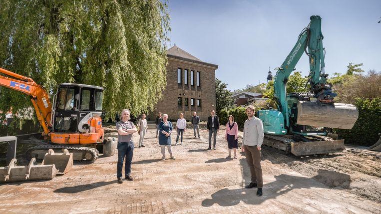 De schepenen en leerkrachten op de parking aan de muziekschool, op de hoek van de Vrijdomkaai en de Toekomststraat. Het wordt een groen plekje.