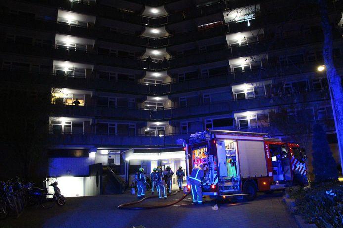 Bij de brand raakte de bewoner van de flat gewond.