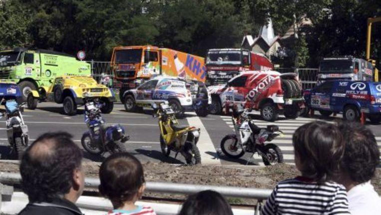 Argentijnen kijken naar voertuigen waar tijdens de Dakar Rally mee wordt gereden. Foto ANP Beeld