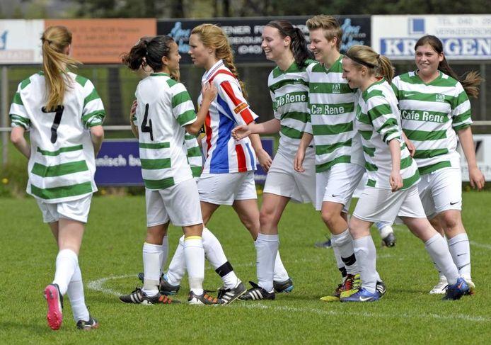 De vrouwen van RKSV Nuenen vieren de 1-0 in de kampioenswedstrijd tegen UDI'19. foto Jean Pierre Reijnen