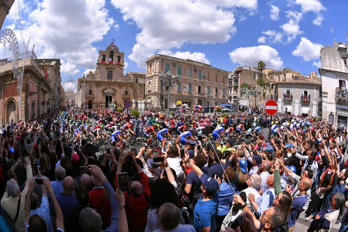 Het peloton raast door de Caltagirone tijdens de Giro d'Italia.