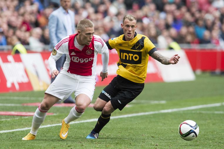 Viktor Fischer (links)in actie tegen NAC Breda. Beeld anp