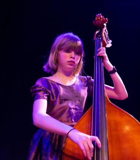 Goudse contrabassiste en zangeres Jala (12) wint dé prijs voor jonge musici