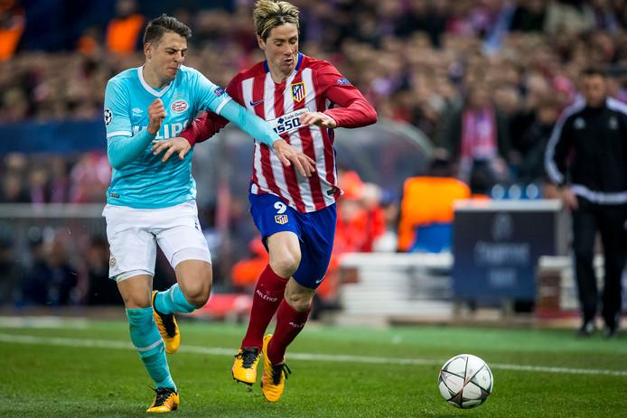 In de achtste finale van de Champions League stuitte PSV op Atlético Madrid. In het thuisduel hielden Arias en co. de Madrilenen knap op 0-0. Ook in Vicente Calderón werd er op 15 maart 2016 niet gescoord: Arias hield onder meer Carrasco, Torres (hier op de foto) en Koke in bedwang. Uiteindelijk kwam het aan op penalty's. De Colombiaan benutte de zevende (!) strafschop, maar Luciano Narsingh miste nummer acht waardoor PSV werd uitgeschakeld.