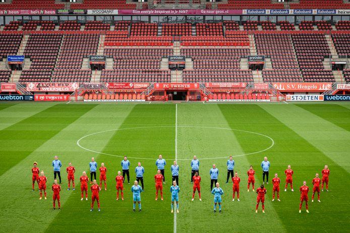 Stroot, hier met de selectie van de vrouwen van FC Twente in corona-opstelling.