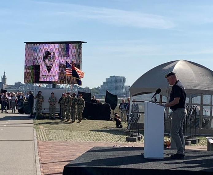 De namen van alle 48 soldaten zijn omgekomen worden voorgelezen en hun portretten zijn te zien op een groot scherm bij de herdenking van de verovering van de Waalbrug in 1944.