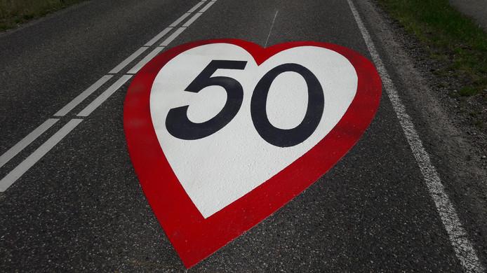 Het geschilderde hart met '50'-aanduiding in Westerhoven.