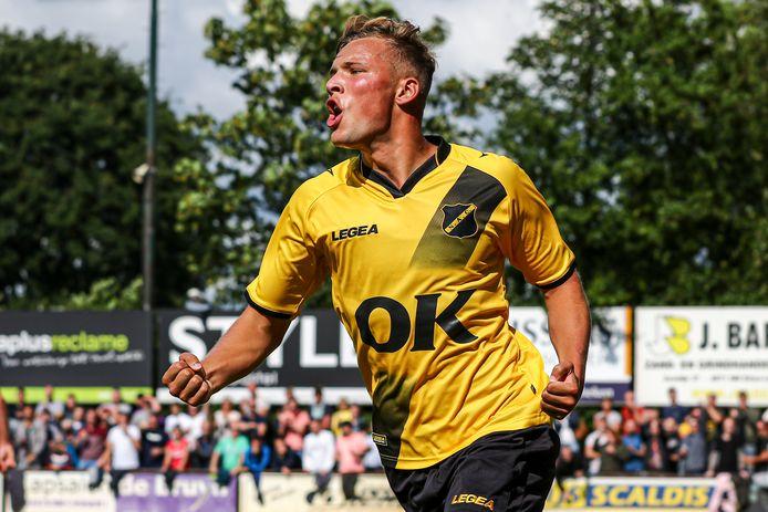 Sydney van Hooijdonk juicht na een goal namens NAC in de voorbereiding.