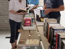 Boekverkoop in Dalfsen levert 1700 euro op voor AzG