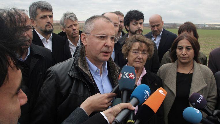 Sergei Stanishev, voorzitter van de Partij van Europese Socialisten, praat met de pers na het mislukte bezoek aan de gevangenis. Beeld AP