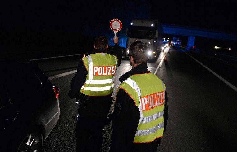 De Duitse politie houdt auto's tegen in Bad Reichenhall, nabij de grens met Oostenrijk. Beeld ap