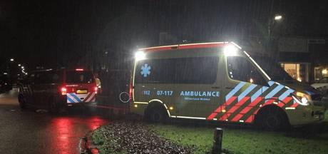 Brandweer trekt ambulance los in Nijkerk
