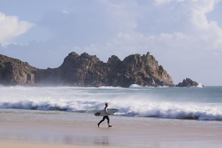 Aan de kust bij Porthcurno is het goed surfen. Beeld Adam Gibbard / Visit Cornwall