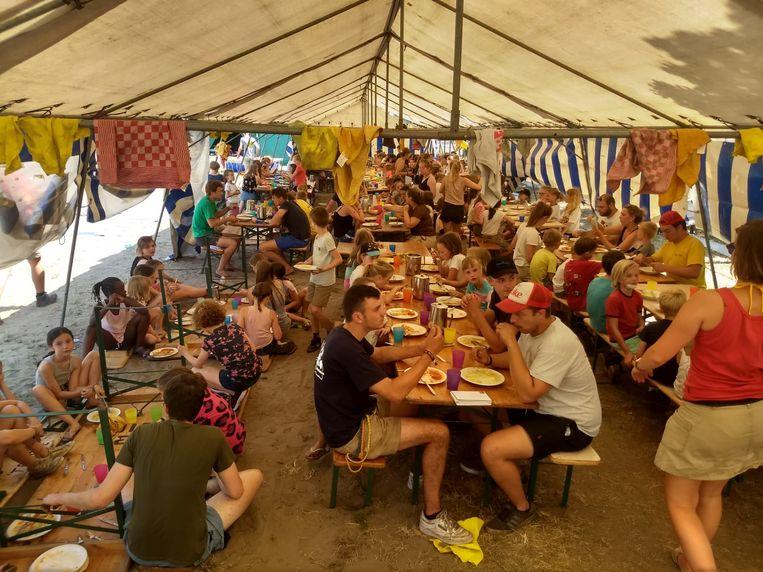 Eten gebeurt in een grote tent.
