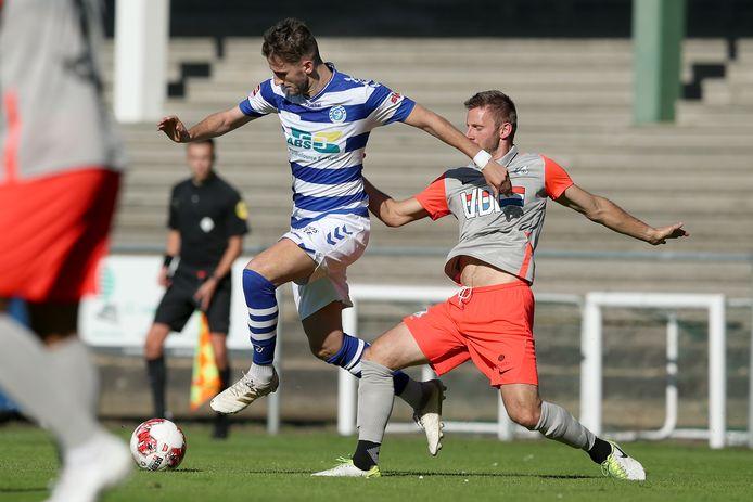 Branco van den Boomen in de voorbereiding van De Graafschap in duel met Jens van Zon van FC Eindhoven.