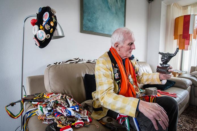 Willem Otting - hier op een foto uit 2016 - heeft in al zijn carnavalsjaren honderden versierselen in de wacht gesleept.
