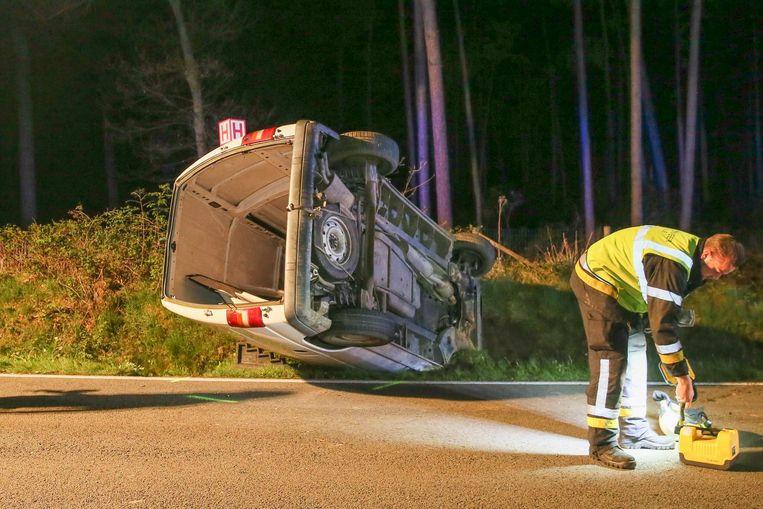 De brandweer moest de bestuurder uit de bestelwagen bevrijden.