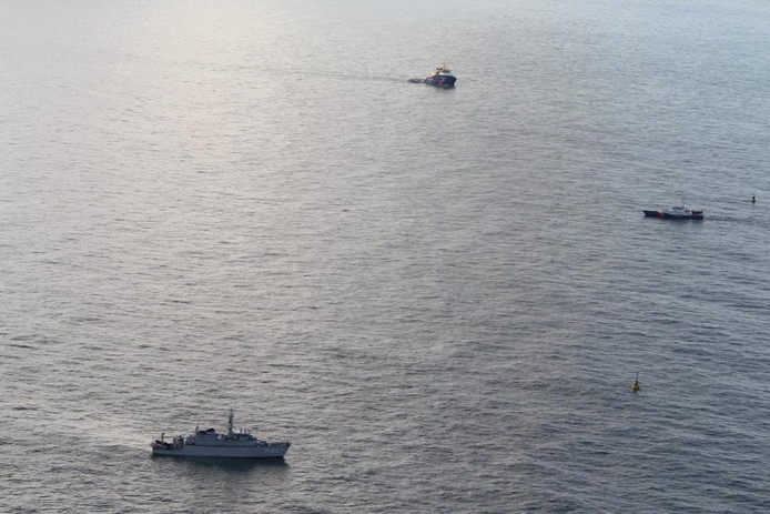 De marine en kustwacht op de plek waar Urker kotter 'Lummetje' zonk.
