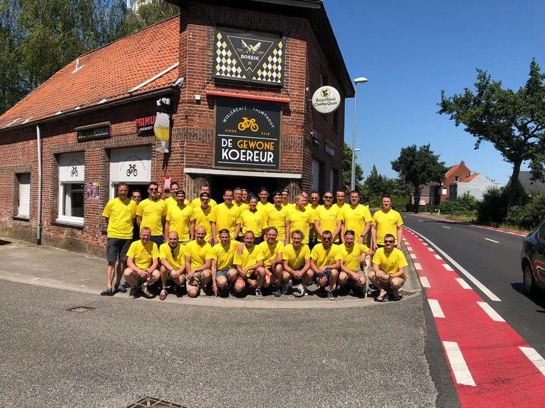 De leden van de wielerclub BCT voor hun café 'De gewone koereur'.