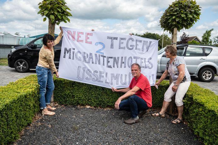 Omwonenden in protest tegen de bouw van een 'migrantenhotel' bij hun woningen. Rechts Douwe en Jenny van der Kooi, links Gerrita Wijnhoud.