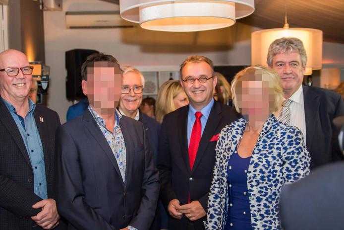 Fraude-verdachte Pieter H. (links) bij de opening van Kasteel Eyckholt in Roosteren. Rechts zijn echtgenote.Foto: Kasteel Eyckholt (Facebook)
