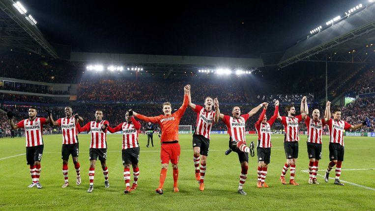 PSV-spelers bedanken het publiek in Eindhoven na de Champions League-zege op CSKA Moskou. Beeld photo_news
