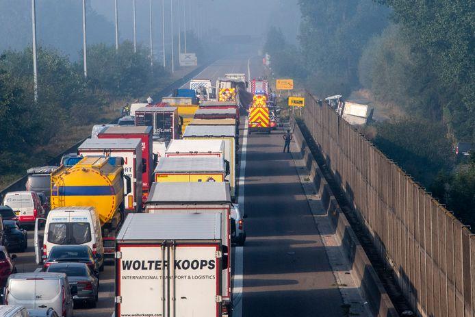 Door het ongeval is de snelweg volledig afgesloten.