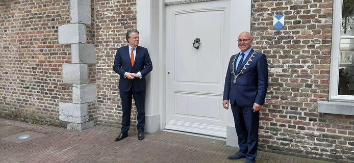 Provinciebestuurder Wim van de Donk (links) en burgemeester Kees van Rooij van Meierijstad voor het oude raadhuis van Sint-Oedenrode.
