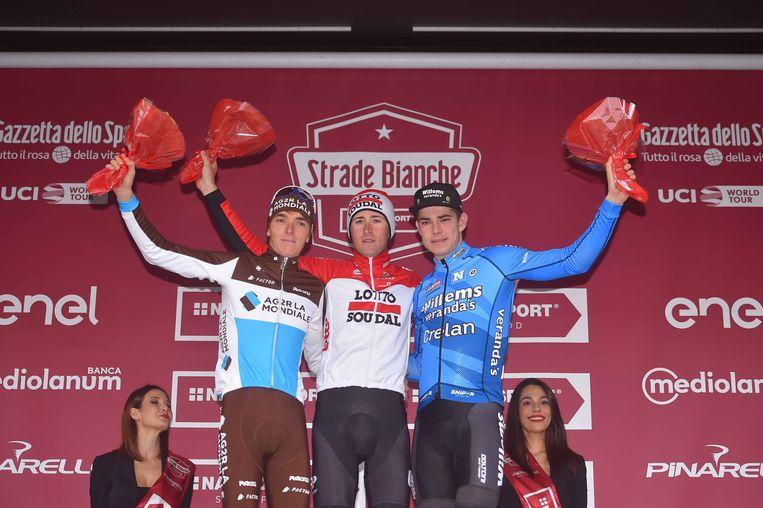 Van Aert (rechts) mocht samen met Tiesj Benoot en Romain Bardet het podium van de Strade Bianche betreden.
